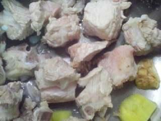 海带排骨汤,在把排骨捞起来。