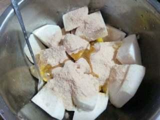家乡【粉蒸排骨】,在把芋头放碗里,在倒入粉蒸肉调料,倒入适量油加适量胡椒粉搅拌均匀。