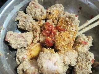 家乡【粉蒸排骨】,在适量剁辣椒和油搅拌。
