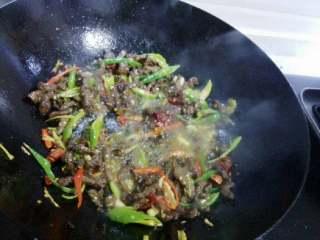 小炒黑椒牛肉,最后倒入牛肉丝,加半勺生抽和半勺糖大火翻炒均匀。