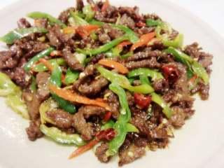 小炒黑椒牛肉,尝盐味调味后加入几粒鸡精出锅。