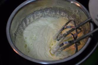 大理石纹芝士蛋糕,用电动打蛋器搅打至顺滑无颗粒状态