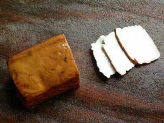 豆腐干炒肉,把豆腐干切成块。