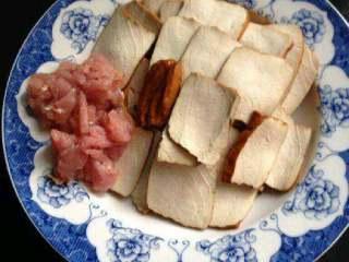 豆腐干炒肉,肉切小块。