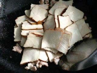 豆腐干炒肉,在把豆腐块倒进去炒。