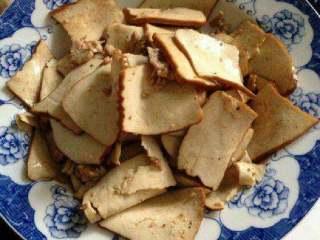 豆腐干炒肉,炒好后盛出备用。