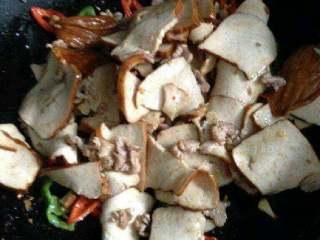 豆腐干炒肉,在把炒好的豆腐干倒进去。