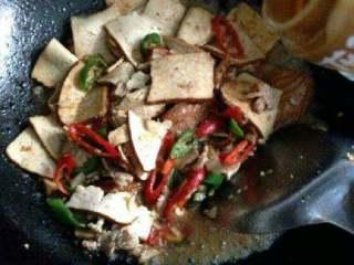 豆腐干炒肉,在加适量香油。