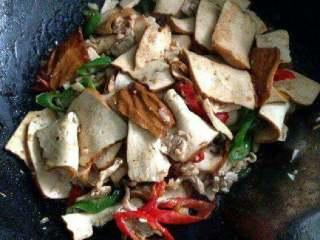 豆腐干炒肉,翻炒均匀后在加适量盐和胡椒粉,鸡精就可以了。