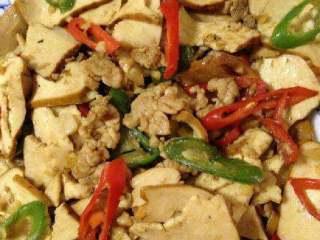 豆腐干炒肉,好了盛出。