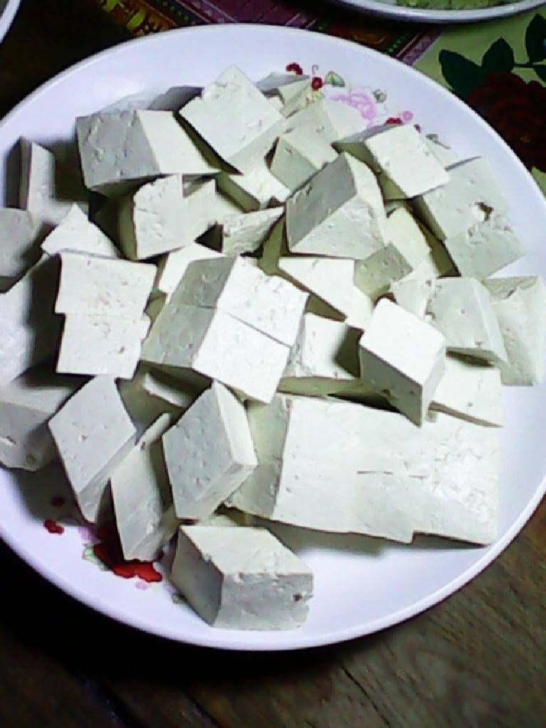 西红柿炒豆腐,豆腐切块