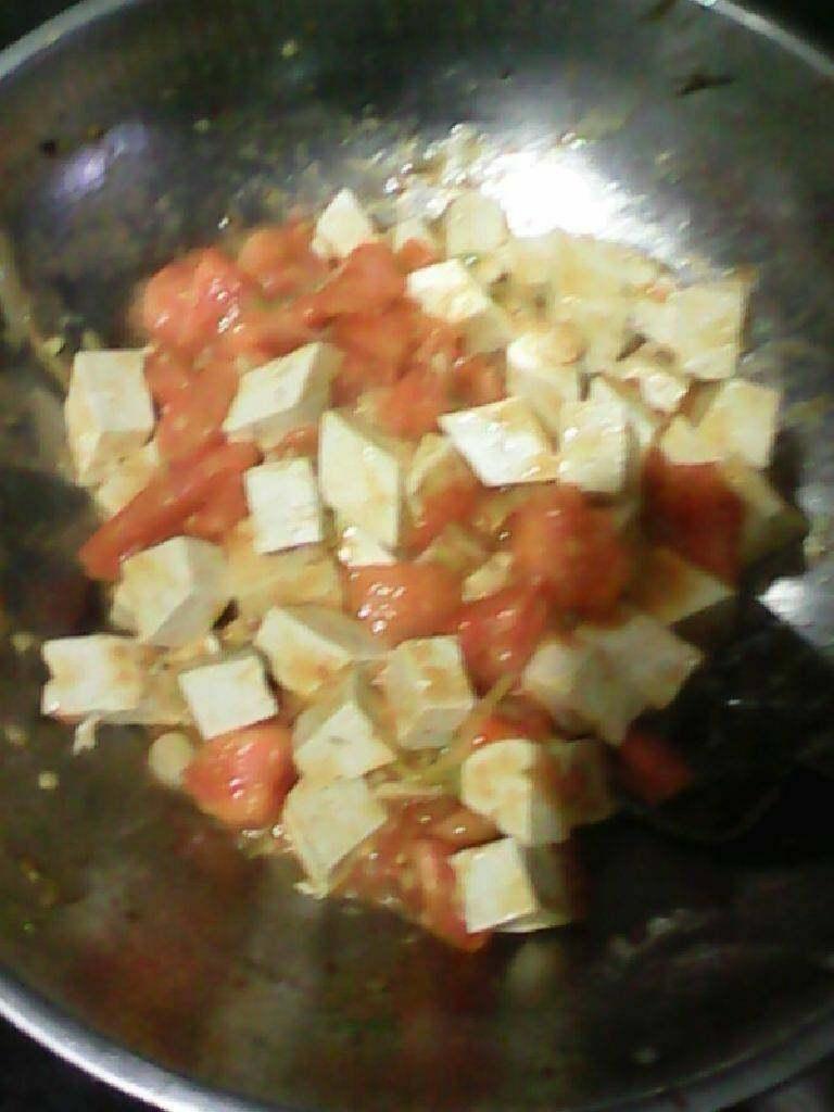 西红柿炒豆腐,再放豆腐然后放盐老抽翻炒一会再放点水煮一下