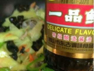 木耳胡萝卜炒土豆,在加入生抽调色。