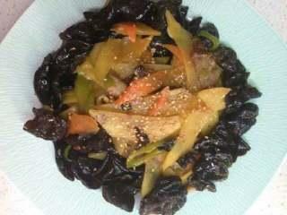 木耳胡萝卜炒土豆,盛出撒一点芝麻就好了。