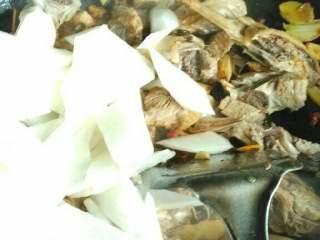 鸭子烧萝卜,倒入鸭肉加盐翻炒均匀后再下入萝卜翻炒