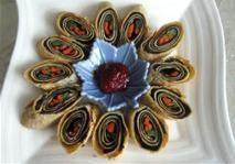 五彩素菜卷,捞出放在厨房纸巾上吸下油, 切开摆盘