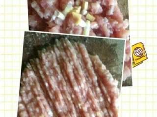 清淡白萝卜丸子汤,把姜和葱白放进肉里剁碎。