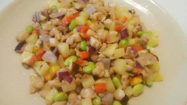 鸡肉彩蔬焖饭,加入少许盐味,炒匀后关火。