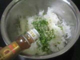 白萝卜馅饺子,在加适量香油,搅拌均匀。