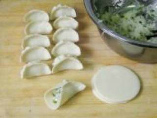 白萝卜馅饺子,准备好的饺子皮开始包。