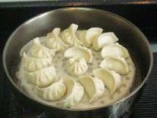 白萝卜馅饺子,包好就放进蒸锅里开始蒸,大概蒸20多分钟就差不多了。