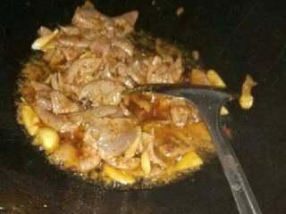 泡椒猪肝,热锅放姜蒜,再放猪肝爆炒