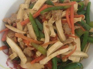 青椒萝卜炒豆干肉丝