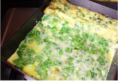 春韭蛤肉,锅中抹上少许油,将半熟的蛋推向有油的那一侧,锅子的另一侧也抹上少许油