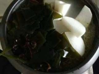 萝卜筒骨汤,煲7分熟,再放萝卜海带