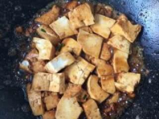 毛豆炒豆腐,把蒜和辣椒放进去爆香倒入豆腐翻炒。