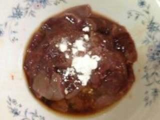 猪干菠菜汤,猪干切成块加适量生抽,料酒和生粉搅拌均匀。