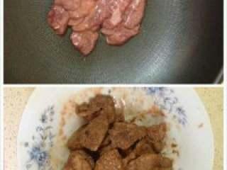 猪干菠菜汤,锅里放适量油把腌制好的猪干放进去翻炒到熟。