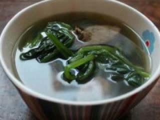 猪干菠菜汤,好了盛出。