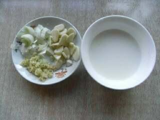 海米香菇扒油菜,葱姜末,蒜片,说淀粉准备好