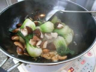 海米香菇扒油菜,放入香菇油菜心煸炒