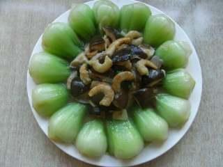 海米香菇扒油菜,放入淀粉勾芡,淋上蚝油出锅装盘