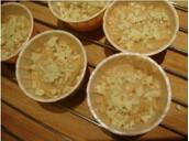 酥粒花生酱小麦芬,装入纸杯,6、7成满。立即放入预热好的烤箱烤焙。中层,上下火160度,20-25分钟。