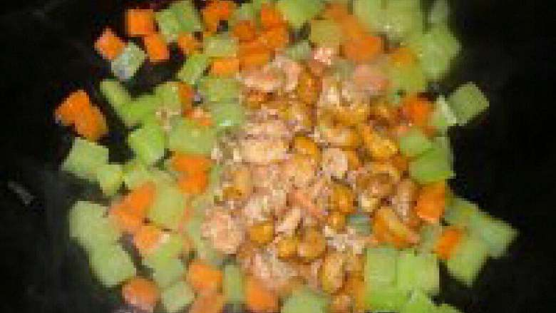 莴笋胡萝卜丁炒虾仁,胡萝卜和莴笋炒得差不多了,在倒入炒过的虾仁和腰果。