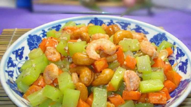 莴笋胡萝卜丁炒虾仁,好了盛出。