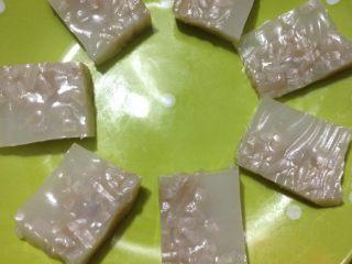 肉皮冻,如图切块,可以调些喜欢的蘸汁吃喽