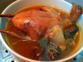 鸽子汤,装入大碗里入蒸锅蒸2个小时