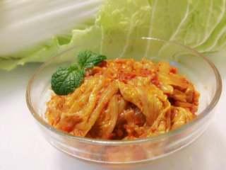 辣白菜,如图,直接取出辣白菜,切成两厘米的段,可以直接佐餐实用,也可以做辣白菜炒饭和煮辣白菜汤等等~