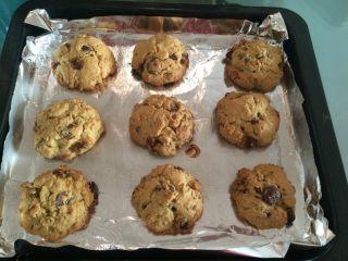 巧克力奇普饼干,如图将烤盘放入预热好的烤箱中层,175度,上下火,13分钟,烤至表面呈金黄色即可出炉;