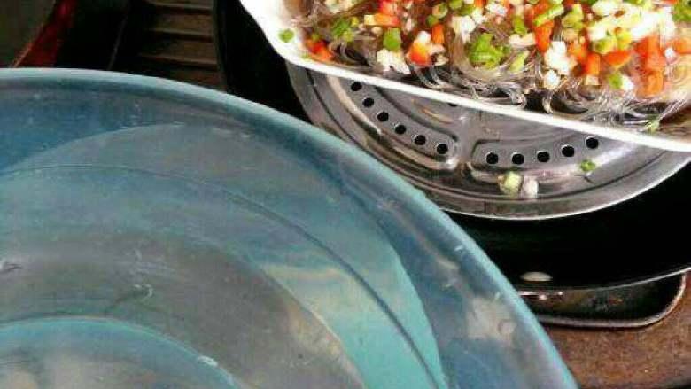 蒜蓉粉丝蒸茄子,现在打开盖子把红辣椒跟葱花撒上去,锅里的水快没了在加适量水,在蒸10分钟就可了。