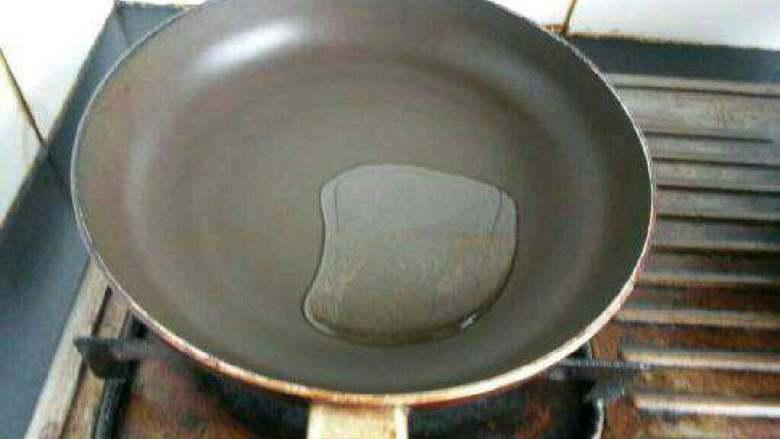 蒜蓉粉丝蒸茄子,锅里烧油。