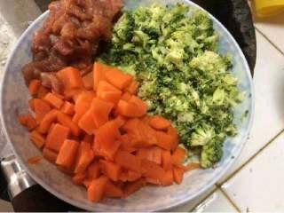 胡萝卜西兰花炒肉,胡萝卜切丁,西兰花切小块,肉切片,用生粉,生抽和盐腌制一下。