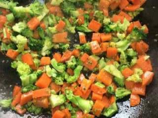 胡萝卜西兰花炒肉,在倒进西兰花。