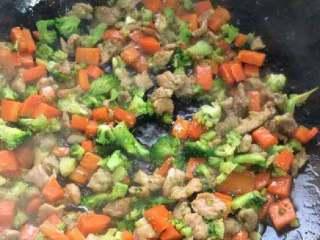 胡萝卜西兰花炒肉,在把炒好的肉倒进去翻炒加适量盐调味,加一点点闷一下收汁就可以了。