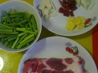 蒜苔回锅肉,如图将食材备好!