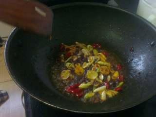 蒜苔回锅肉,倒入备好的葱姜 蒜 干红辣椒炒香;
